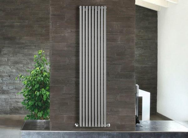 Вертикальный радиатор из нержавеющей стали в интерьере