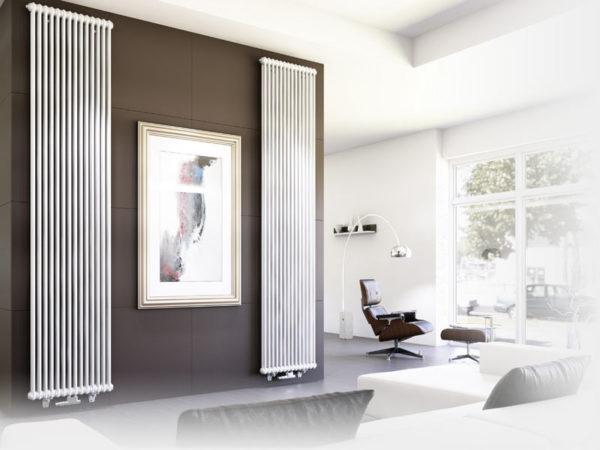 Интерьер комнаты с вертикальными радиаторами