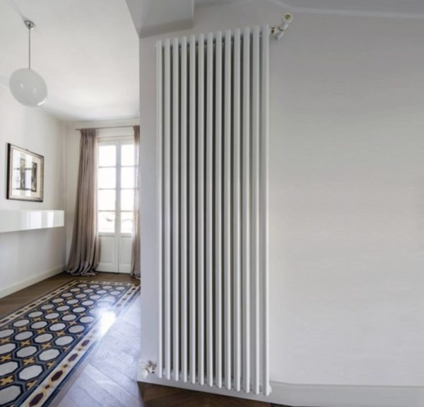 Дизайн интерьера с вертикальным радиатором отопления