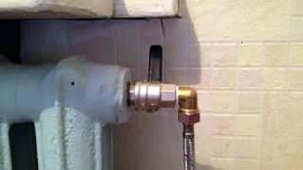 Монтаж шланга к отверстию радиатора
