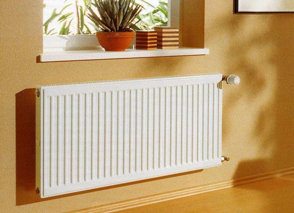 Стальной панельный радиатор отопления в интерьере