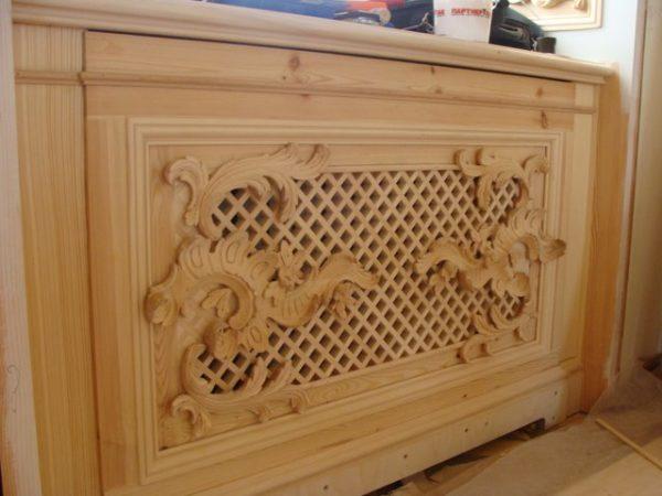 Резной деревянный экран на батарею отопления