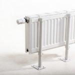 Крепление к полу стальных панельных радиаторов отопления