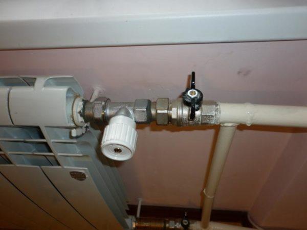 Подающая сторона оборудована клапаном с термоголовкой.