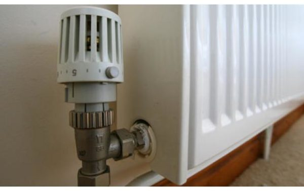 Термостат на батарее отопления.