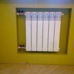 Закрепить радиатор на стене
