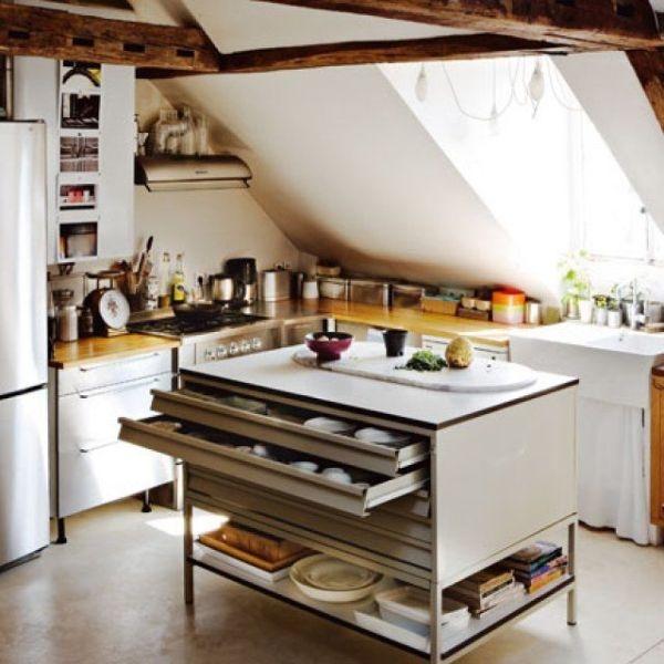 Оформление модного островного модуля на кухне: огонь, вода и медные трубы