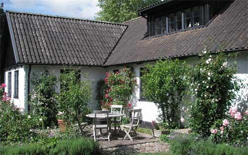 Деревенский дом с красивой мансардой