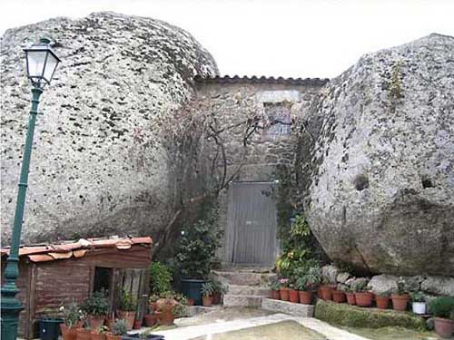 Необычные дома в деревне в Португалии